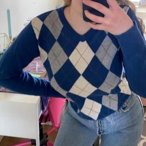 En jättefin rutig tröja som är inne just nu 🥰 ej min stil och därför säljer jag den! Den är i stl S och ni ser hur tröjan sitter på mig som är en ca XS. Säljes för 110kr plus 45kr frakt 📦💕 hör av er om ni har några frågor !