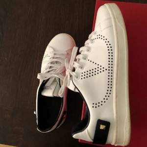 """Säljer mina nästan helt nya Valentino Garavani sneakers, modellen heter """"V sneakers"""". Köpta i Valentino butik för 550€ alltså cirka 5500kr. Strl 36 men passar även mig som brukar ha 37-37.5 då de är större i strl. Äkthetscertifikat, skokartong samt helt nya skosnören kommer med."""