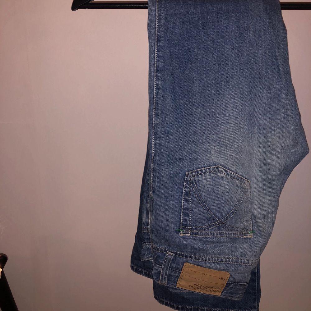 Lågmidjade vintage jeans från United Colors of Benetton i bra skick. Jeansen har längst ner slitning från uppvikning men är utöver det i bra skick, så fina och supertrendiga just nu. Står strl 40 men är för små på mig som är 36. Jeans & Byxor.