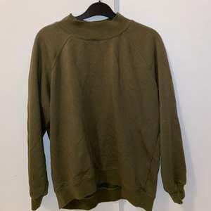 En mörkgrön sweatshirt utan skador och fläckar