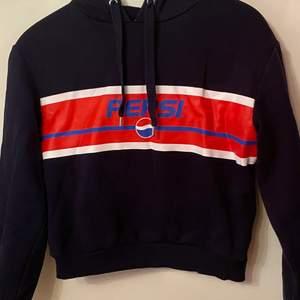 En fin hoodie köpt från hm 2019 för 200. Bra skick och väl använd. Tröjan är i storlek 34 men passar 36 eftersom den är stor i storleken och även lite cropped. Skriv för bättre bilder och pris kan diskuteras