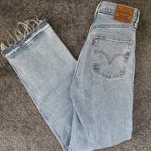 Ljusblåa levis jeans i modellen ribcage straight leg. Använda men inga defekter. Jag har sprättat upp där nertill så dem blev längre. Jag är 164cm och på mig är dem långa så passar både kortare och lite längre beroende på hur man vill att de ska sitta. Frakt tillkommer på 66kr.
