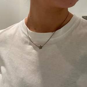 Säljer detta Sophie by Sophie halsband. Det var från början i guld men ser mer ut som oxiderat silver. Går säkert att putsa upp. Längden på halsbandet går att justera
