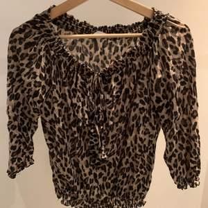 GARDEROBSRENSNING✨ superskön och fin leopardmönstrad blus med fin detalj vid urringningen. Det står Promod i den men osäker på var den är köpt. Det står inte storlek i den men skulle gissa lite större S eller M. Säljer pga att den inte längre används. Använd några gånger men i väldigt bra skick. Skriv om ni vill ha fler bilder💗 Köparen står för frakten☺️