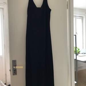Fin svart maxiklänning som är sparsamt använd. Mycket fin som basplagg. Minns ej nypris då den hängt i garderoben länge.
