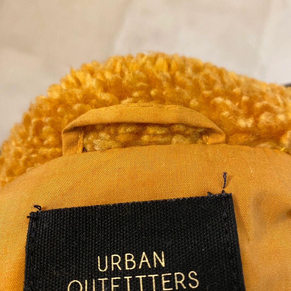 Jätteskön jacka från Urban outfitters💛💛 Använd fåtalgånger!  Köpt för 899kr Säljer för 200kr. Köparen står för frakt💛. Jackor.