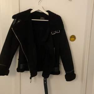Säljer denna jacka från zara. Använd ett fåtal gånger men ser ut som ny . Köparen står för frakten