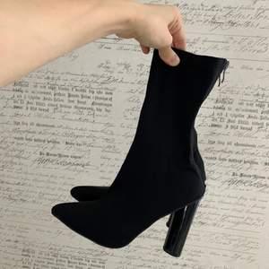 """Svarta """"sockboots"""" från Public Desire storlek 4 (37). Knappt använda, behöver få ett nytt hem. Kan skickas, köparen står för frakten!"""