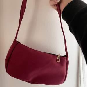 Säljer denna super fina mörkröda väska! Helt ny alltså inte använd! GRATIS FRAKT❗️
