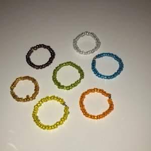 Finns i orangebrunt,orange,gul,blå,genomskinligt,metalliskt och grönt