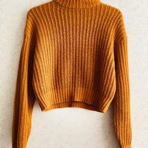 ⚡️Gör vilken måndag som helst till fredag med denna sköna tröjan, lägg till ett par jeans och pang! ⚡️⚡️ Säljer då jag inte längre får användning för den, den är inte nopprig och har använts få gånger, Den är storlek XS men passar S också. Den går till över naveln och är mysig. Passar till allt, och lägg till ett guldhalsband så blir den helt perfekt.