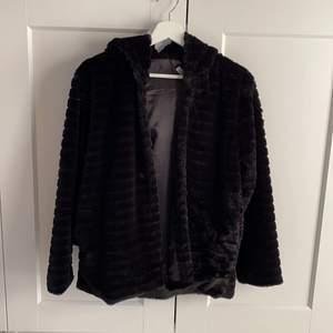 En jätte fin och skön päls jacka som är en lite längre variant med en jätte fin och stor luva. Helt oanvänd och ör i storlek S.