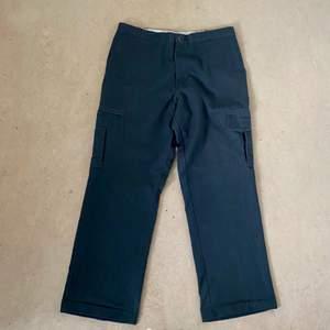 Säljer ett par dickies cargo byxor. Dom är princip helt nya (använt några gånger)