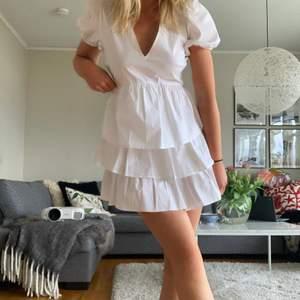 Supersöt klänning från zara (helt ny!!!)💓💓💓så himla fin till sommaren eller studenten!!! Storlek M men passar mig på bilden som är en XS/S🤗kan skicka men köparen står för frakt:) HÖGSTA BUD: 450 KÖP DIREKT 620 (mina bilder)