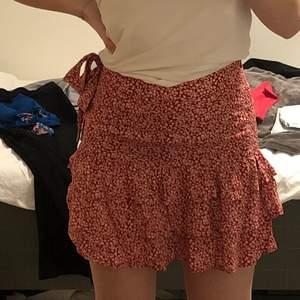 jättefin kjol jag köpt här på plick. storlek xs, men sitter även bra på mig som har s. budgivning om det är flera intresserade. bara att höra av sig vid frågor eller om ni vill ha fler bilder!