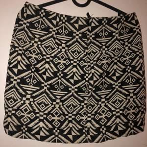 En svart/vit tyg tjol i storlek 36 (DIVIDED). Använd 1 gång och funkar perfekt.
