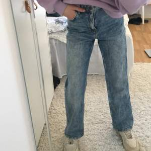 Wideleg jeans från Lindex! Så himla fina och jättefint skick. Dessa jeansen har jag dock tröttnat på så därför säljer jag dom. Storleken är 146 men skulle mer säja 152 eftersom dom passar mig bra och jag är 152cm lång. Använda ett antal gånger men dom är inte slitna. Man kan även justera midjan beroende hur stor/lite man har.