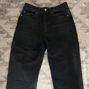 endast testade, säljs pga fel storlek. superfina weekday jeans! originalpris: 500kr :) fri frakt!! Betalning sker via swish