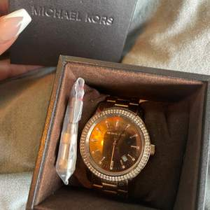 Säljer en Michael Kors klocka i roséguld i väldigt bra skick (batteriet behöver endast bytas ut).