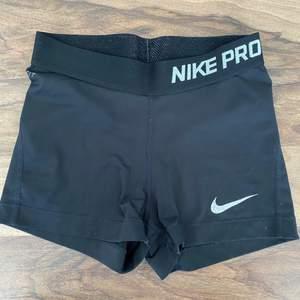 svarta korta shorts från Nike. Väl använda och slitna på märket. Köparen står för frakten.