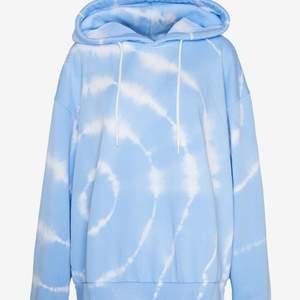 Jätte snygg hoodie från Weekday, säljer då jag inte använder den. Den är oversized men passar både S,M,L beroende på hur tajt du vill att den ska sitta. Nypris: 399kr mitt pris: 150kr! Bilderna är lånade från Zalando.se, frakt tillkommer med 66kr!