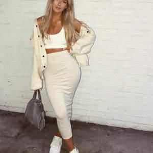 Jättebekväm stretchig beige midi-kjol från Pretty Little Thing i storlek 32! Första bilden är lånad!🤎