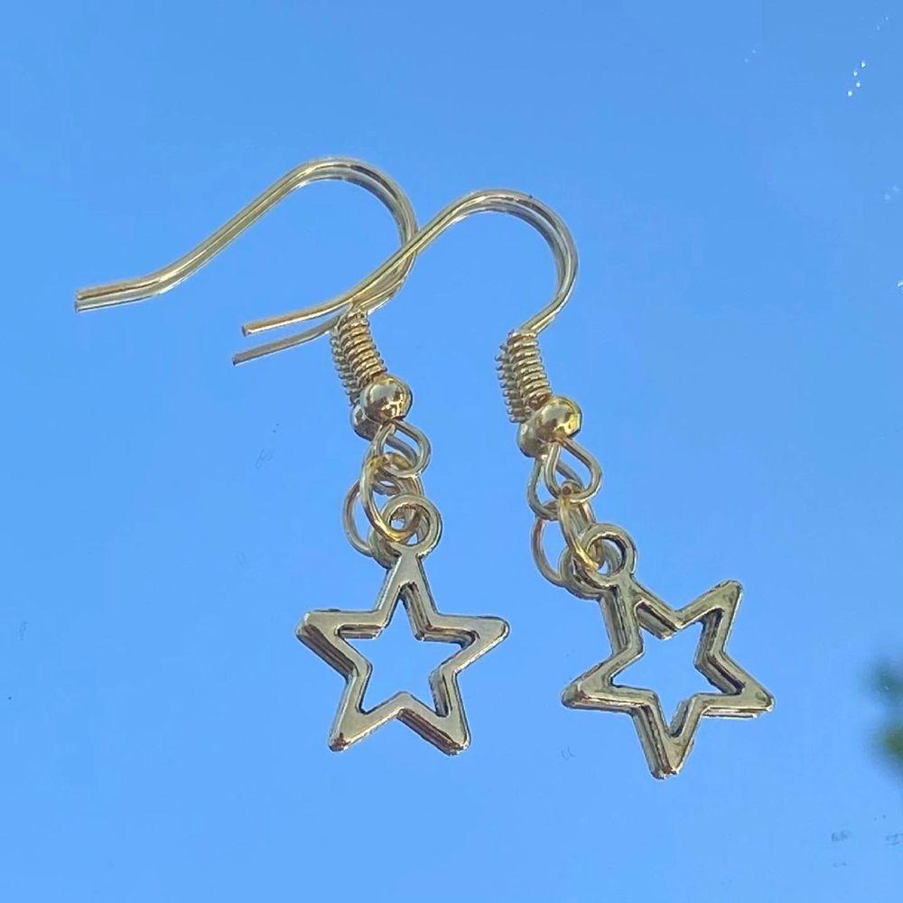 Säljer handgjorda örhängen i olika modeller för 39kr styck 🤍 . Accessoarer.