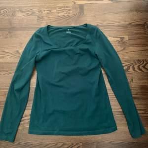 Grön långärmad tröja ifrån Kapphal. Använd fåtal gånger. Säljes pga för korta armar, (är 180cm så har väldigt långa armar) köpt för ca 2 år sedan för 149kr.     Frakt på 48kr