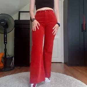 Asballa brallor i fin röd färg med en liten flare på benen. Är köpta second hand. Inga defekter