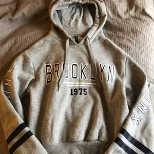 Säljer denna snygga hoodien från h&m⚡️🎸 Säljs pågrund av att den tyvärr har blivit för liten för mig! Frakt tillkommer <3