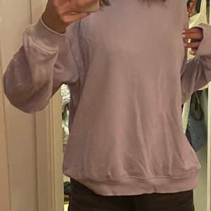 Supersöt ljuslila sweatshirt från Monki. Pastell lila är så fint och lyser upp din outfit.