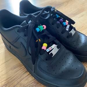 Svarta Nike air force 1, storlek 38. Bra skicka och använda få gånger. Köparen står för frakten :) Pärlorona är avtagbara