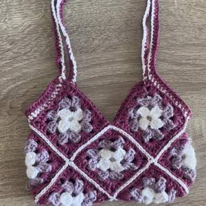Liten handgjord virkad axelremsväska (14x17cm)  som passar perfekt för att ha t.ex. mobil, pengar och nycklar i.
