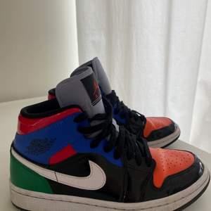 Säljer mina Air Jordan 1 Mid Multi Patent, använda ett fåtal gånger, i mycket bra skick.