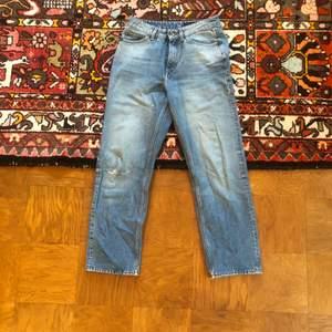 Tiger of Sweden jeans  Inköpta för 2 år sedan för 700kr Hål på knäna annars inga flaws   Möts upp i Stockholm (eller hämta vid dörr) Pris kan absolut diskuteras