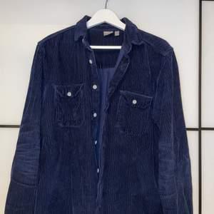 En mörkblå overshirt i manschester från Asos i storlek S.