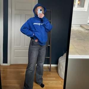 Säljer mina snygga Zara jeans, blivit för små för mig. Jag är 170cm och de är väldigt långa på mig.