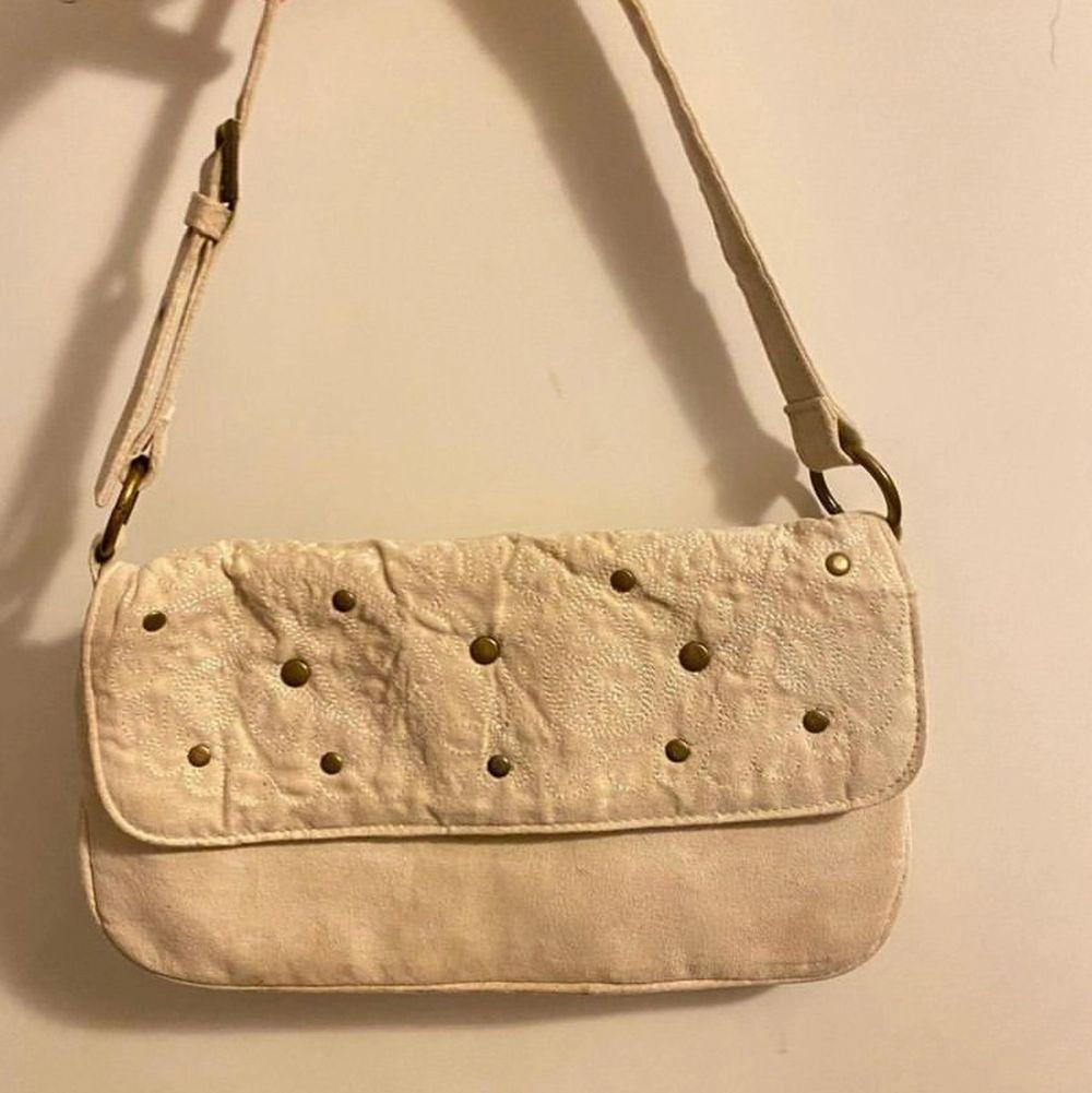 Säljer denna vit/beiga väska💕 frakt: 48kr. Väskor.