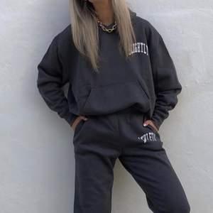 """En grå hoodie i modellen """"Alisa"""" från Weekday. Passformen är oversized och är väldigt skön. Framtill finns det ett litet tryck som säger """"Slightly"""". Storleken är M och hoodien är i fint skick. Nypris 400kr. Möts upp i Malmö eller skickar mot fraktkostnad. Första bilden är lånad av @arinaeagle"""
