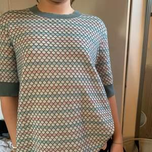 Så fin pastell färgad tröja som är ur fin inför sommarn!