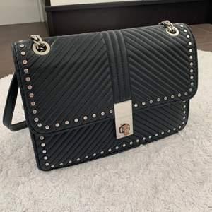Säljer denna snygga väska då den inte längre kommer till användning💕Man kan båda ha med korta och ett långt band💘Öppnaren har blivit lite rostig som syns på bild 3🥰Köparen står för frakten❤️