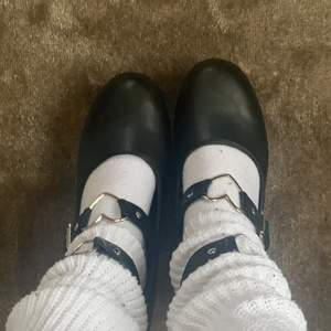 Jätte söta högklackade plattform skor med hjärtan på. De kostar 140kr och frakten är inkluderad. Jag säljer dom för att dom är för stora då jag beställde fel storlek. Kom privat för frågor eller fler bilder:)