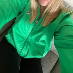 Grön skön zip up hoodie. Den är som ny så väldigt bra skick. Sitter snyggt oversize på mig som vanligtvis har xs-s. Skriv privat om du vill ha fler bilder💚💚