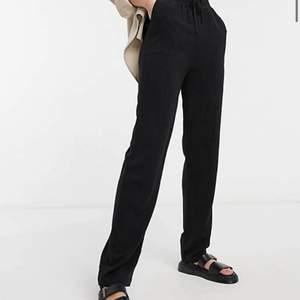 Säljer mina svarta linnebyxor då de var lite korta på mig som är ca 180cm de passar perfekt på 175- , endast testade