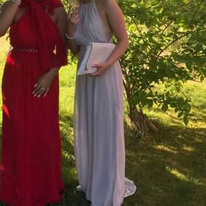 Så himla fin balklänning från nelly,i en ljusgrå färg. Den är endast använd 1 gång. Klänningen har två små hål längst ner men det är absolut Ingeting man lägger märke till(sista bilden)🤍 på mig är klänningen ganska så lång så rekommenderar den om du är 1,65m+