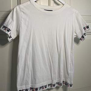 Säljer en vit PSW t-shirt från kids brand store, storlek 146-152, 80 kr + frakt