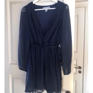 Marinblå klänning i storlek 36. Köpt på nelly för något år sedan och har bara hängt i garderoben sedan dess, det vill säga HELT OANVÄND. Du som köpare står för frakten (jag kan skicka både spårbart och icke spårbart). Betalning sker helst genom swish.