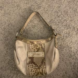 Super snygg vintage guess väska som är köpt second hand. Älskar den här väskan men använder den för lite. Köparen betalar för frakt:)