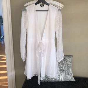 Fin vit sommarklänning från Bubbleroom. Använd en gång. Perfekt klänning till skolavslutning eller student. Storlek 36. Nypris 500kr, säljer för 150kr+ frakt.