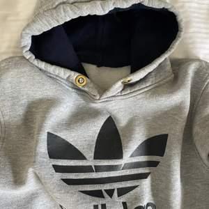 Grå vintage adidas hoodie med stor logga